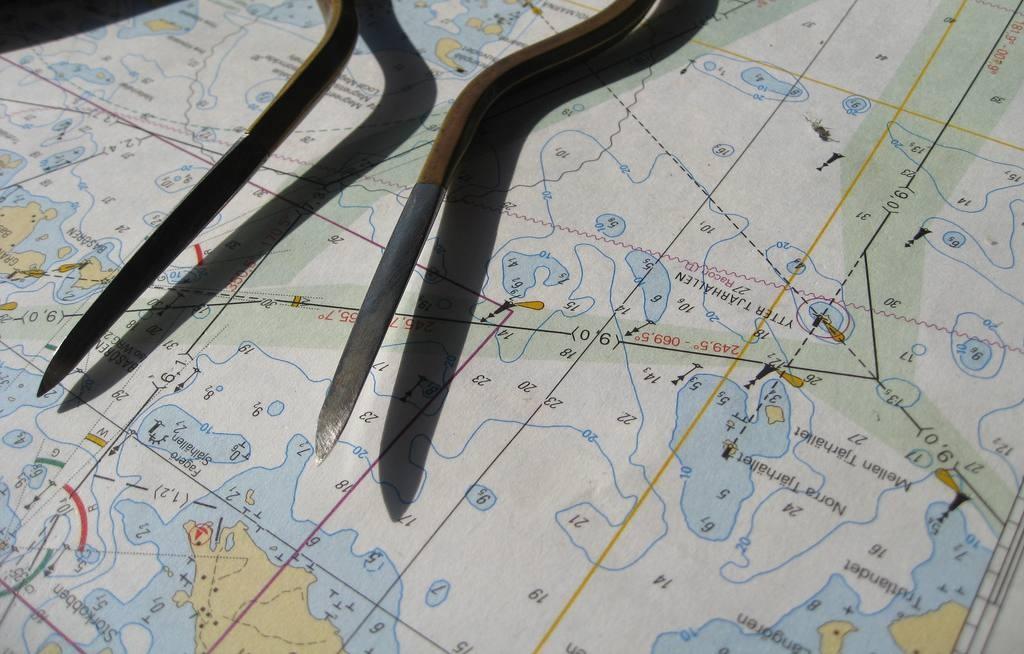 Photographie d'une carte marine et d'un compas