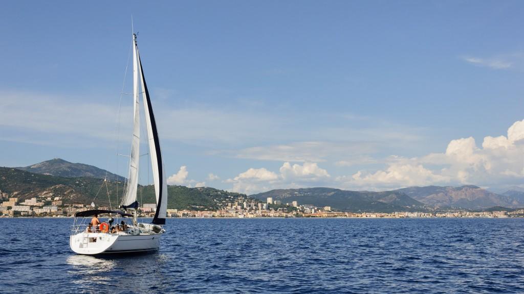 Photographie d'un voilier en route vers le port d'Ajaccio