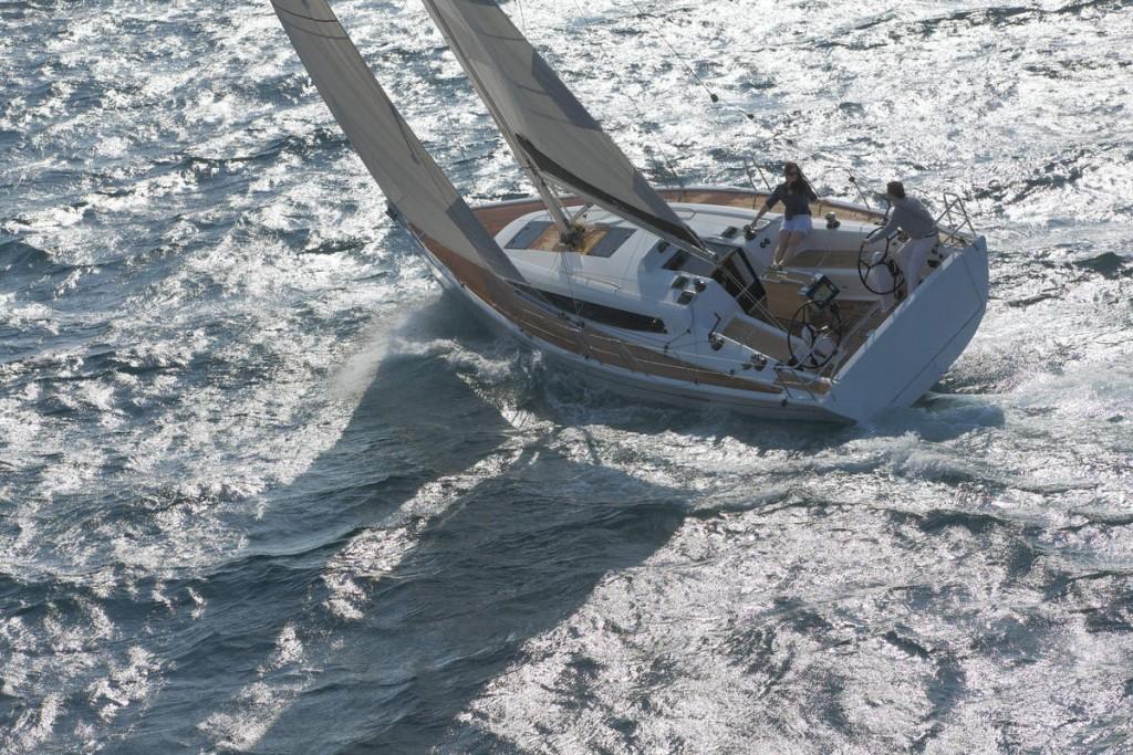 Photographie d'un voilier Dehler 38 en pleine mer