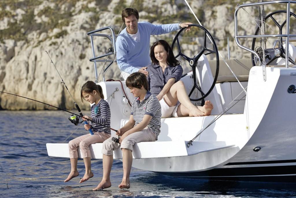 Photographie d'un famille pêchant à l'arrière d'un bateau