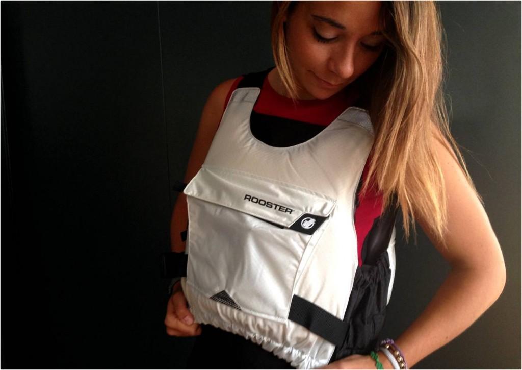 Photographie d'une jeune fille portant le gilet de sauvetage Rooster White