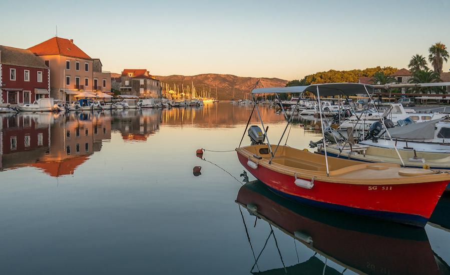 Photographie de bateaux dans le port de Hvar, au couché du soleil