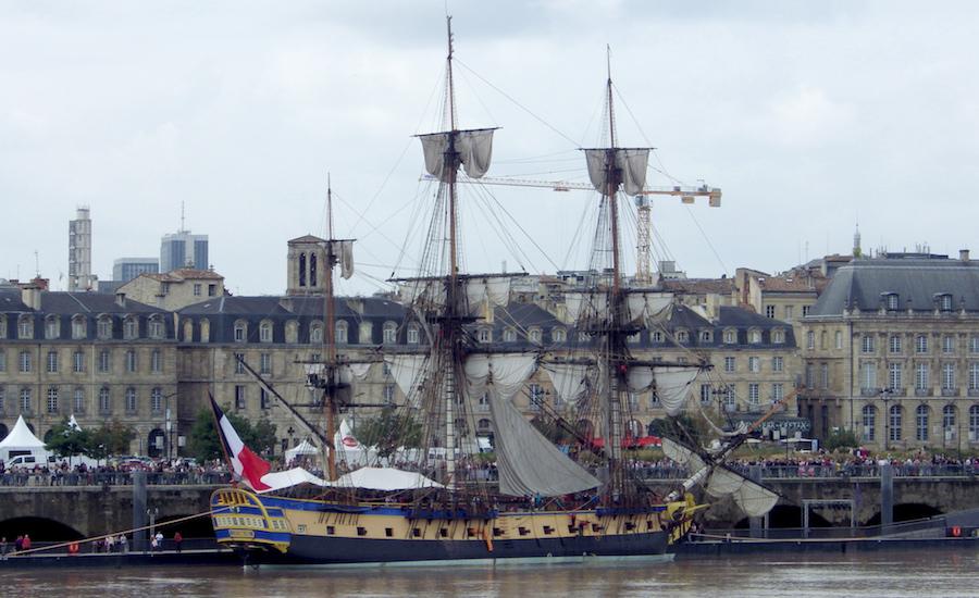 Photographie de la Frégate Hermione à Brest, vue de côté