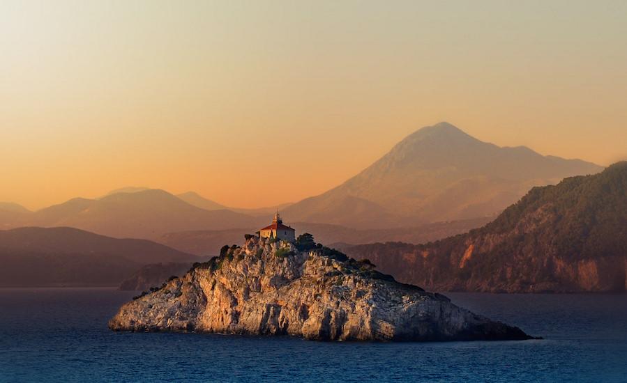 Photographie d'une île Croate au couché du soleil