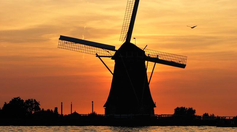 Photographie d'un moulin au couché du soleil en Hollande
