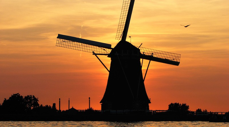Photographie d'un moulin au couché du soleil en Hollande