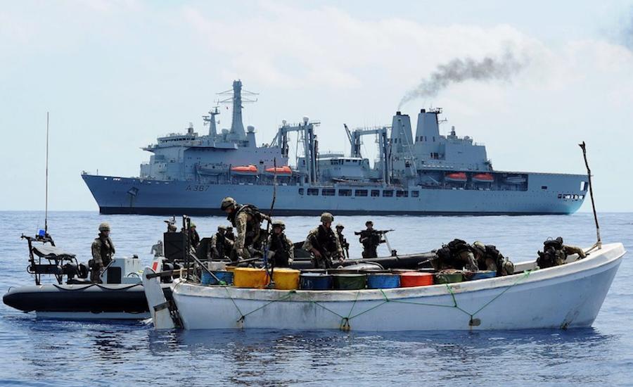 Photographie de militaires perquisitionnants un bateau pirate