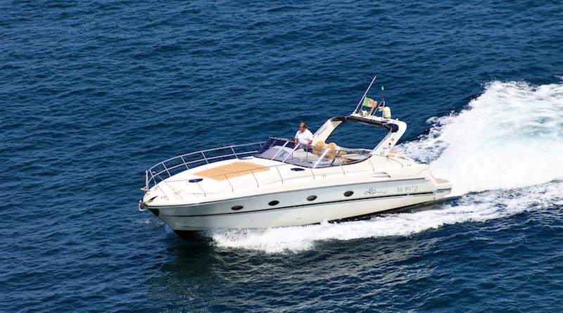 Photographie d'un Princess Yacht V 42 en marche