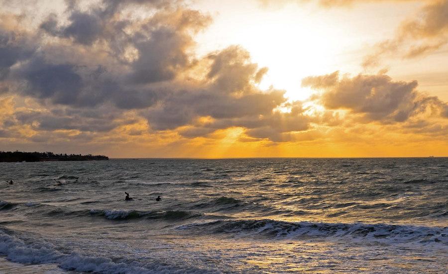 Photographie d'une plage indonésienne au couché du soleil