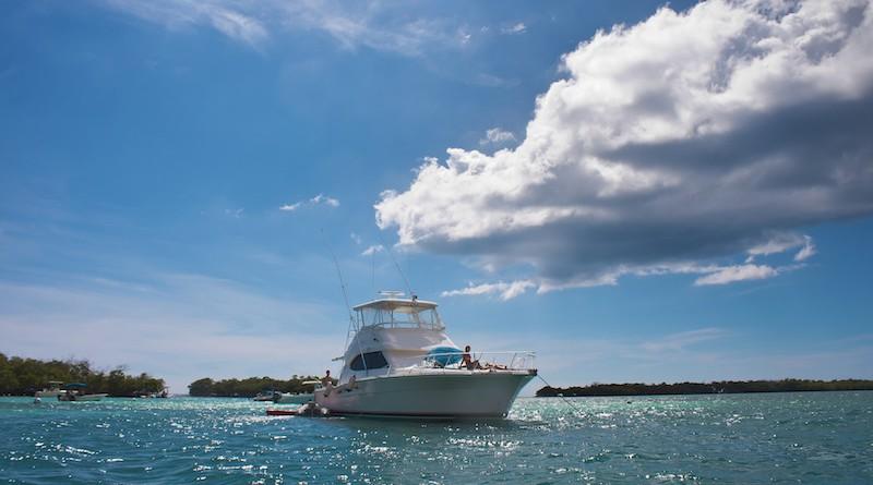 Photographie d'un bateau de pêche aux Antilles, vu de face