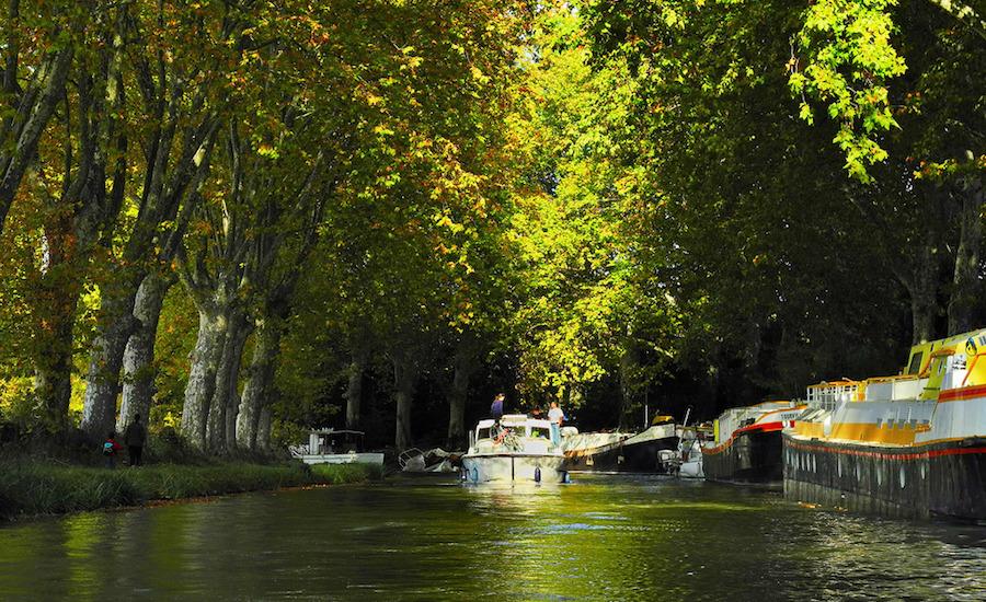 Photographie d'un bateau sur le canal du midi, vu de face