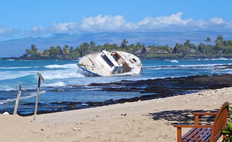 Photographie d'un voilier échoué sur une plage