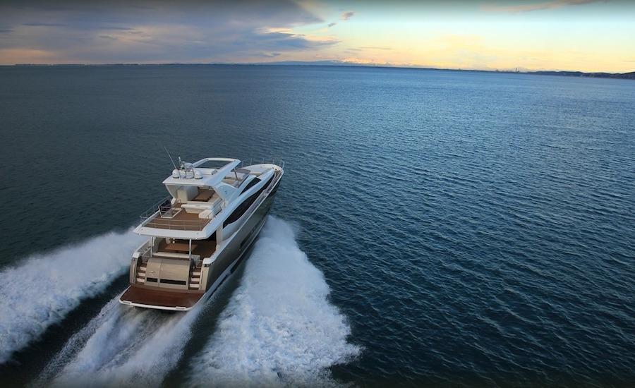 Photographie d'un bateau Prestige Yacht 750, vu de derrière