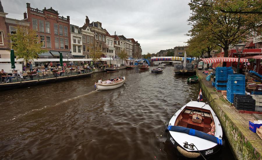 Photographie de bateaux naviguant dans les canaux de Katwijk