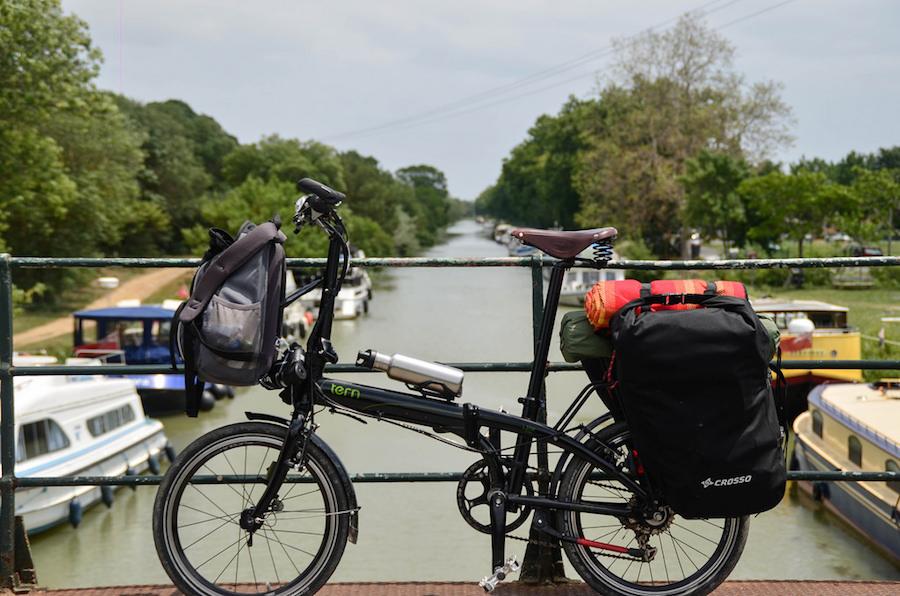 Photographie d'un vélo au dessus du Canal du Midi, vue de côté