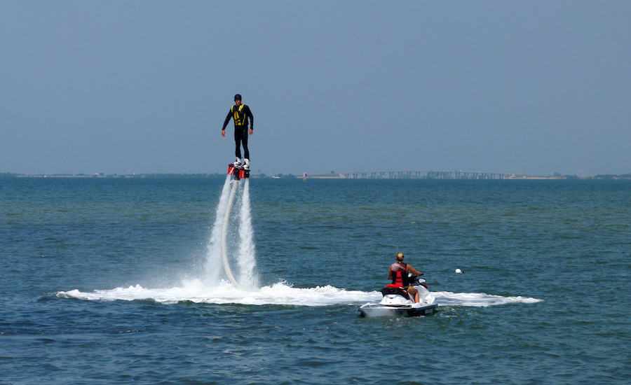 Photographie d'un flyboard en vol, vu de face
