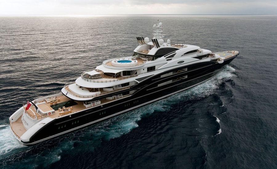Photographie du yacht le Serene, vu de derrière