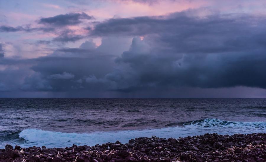 Photographie d'une tempête se formant au large