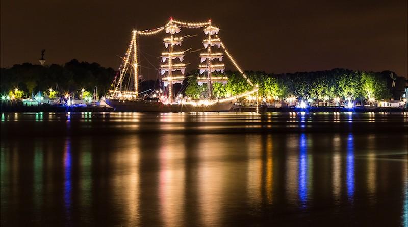 Photographie d'un trois mats aux alentours de Bordeaux, vu de côté