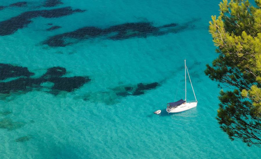 Photographie d'un voilier vue de dessus