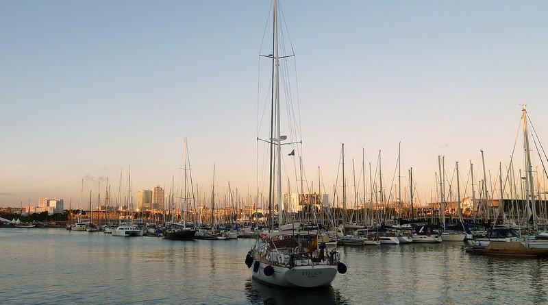 Photographie d'un voilier dans le port de Barcelone