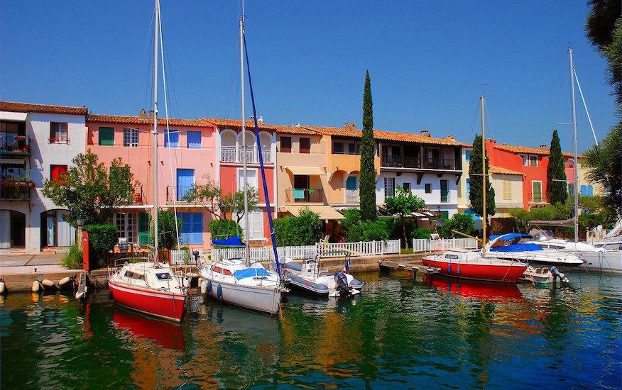 Photographie de bateaux à quai à Port Grimaud