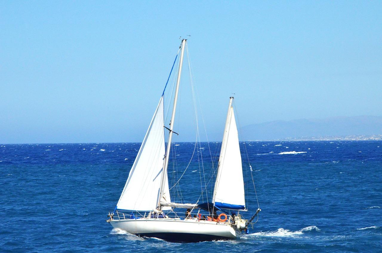 Un voilier au large de la Crète, en Grèce