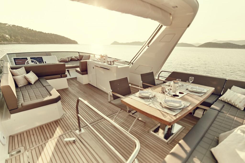 Photographie de la terrasse d'un bateau moteur