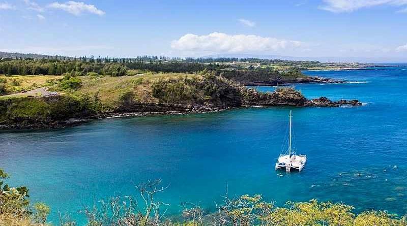 catamaran sur l'eau turquoise