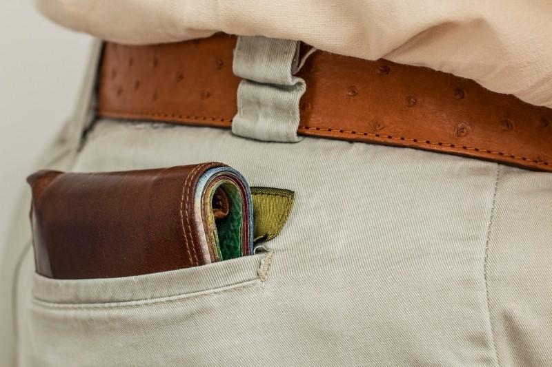 Photographie d'un porte-monnaie dans une poche de pantalon