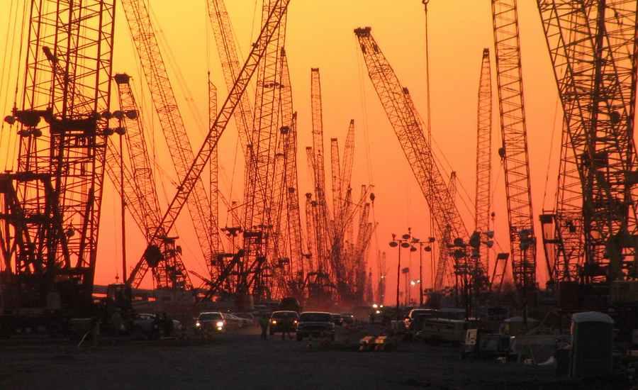chantier sous le soleil couchant