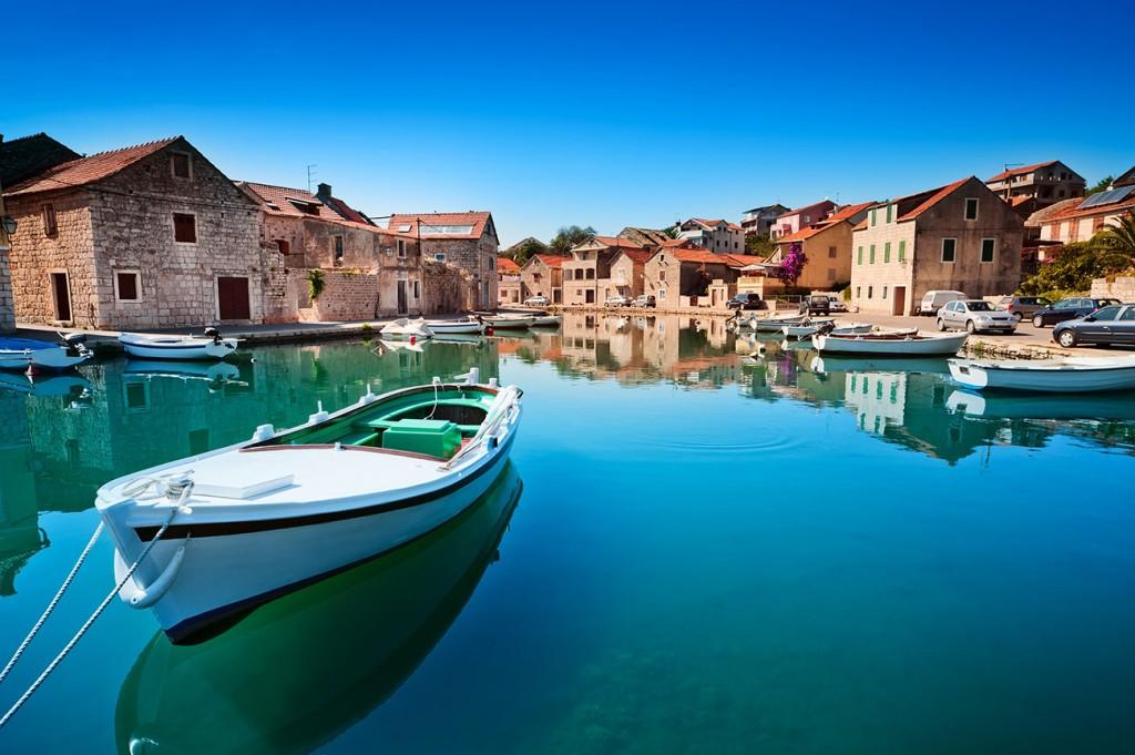 Photographie d'une barque dans le port d'un village croate