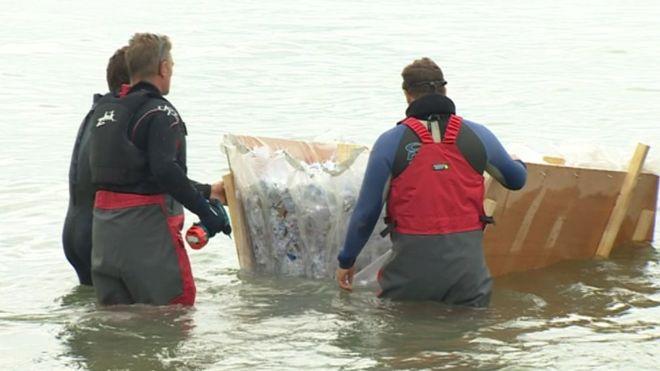 Photos du bateau en glace et de ses propriétaires dans l'eau
