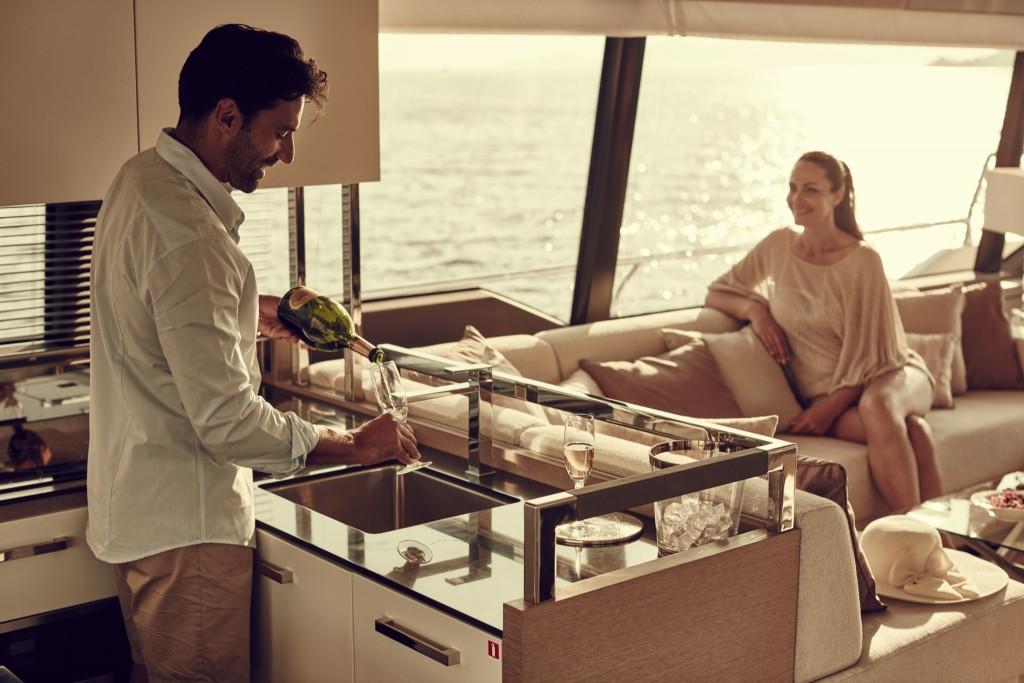 Photographie d'un couple dans un bateau