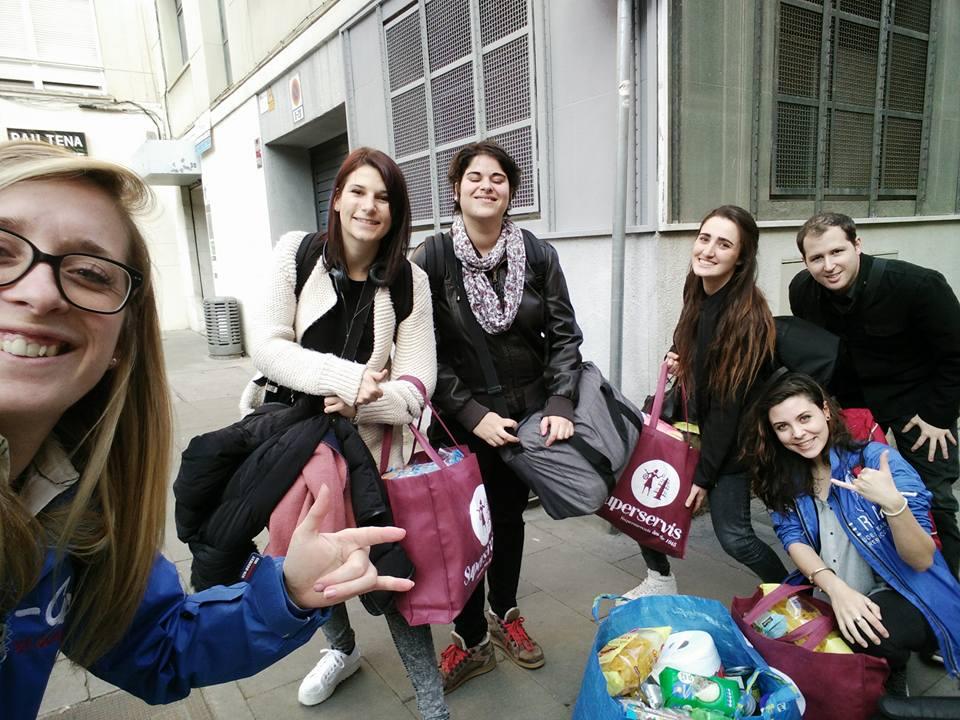 Photographie de l'équipage dans la rue avec les sacs de courses