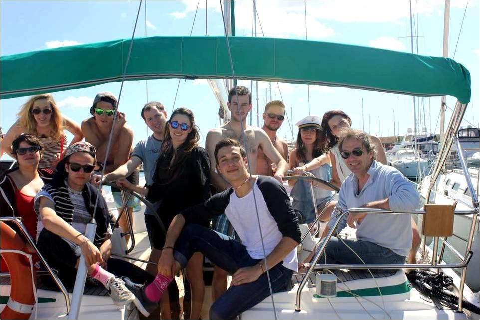Photographie de l'équipage sur le bateau avant de partir du port