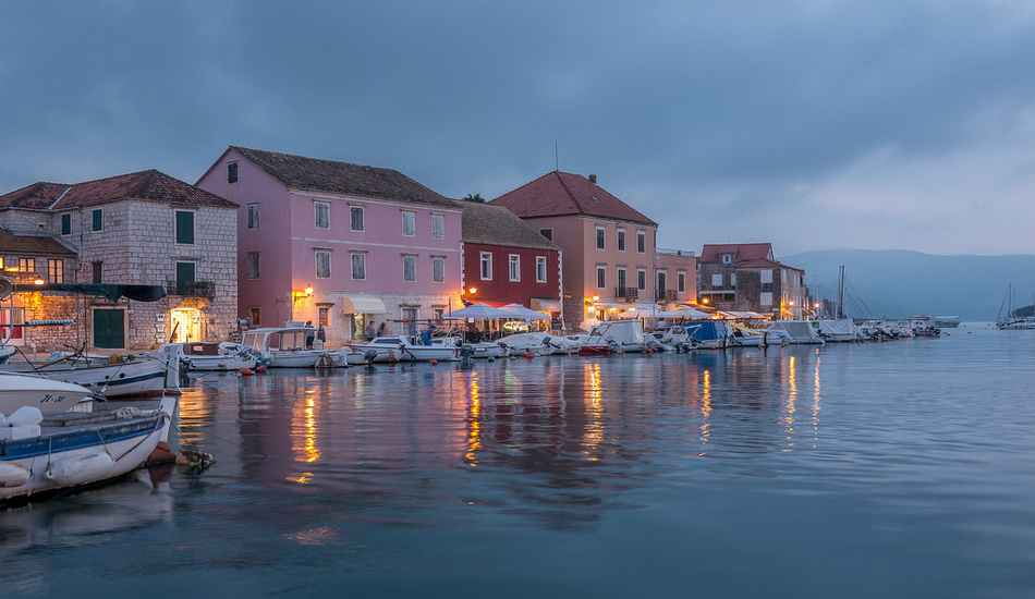 Photo du port de Hvar pendant le couché de soleil