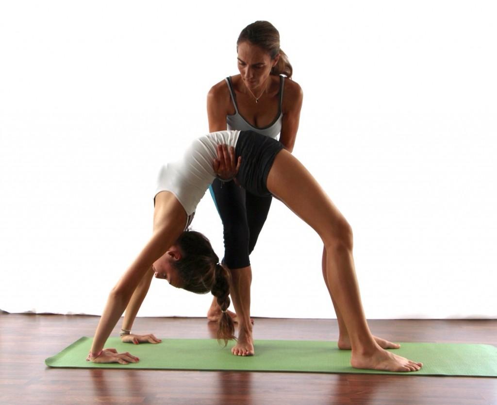 Sandrine et son élève réalisant une posture de yoga
