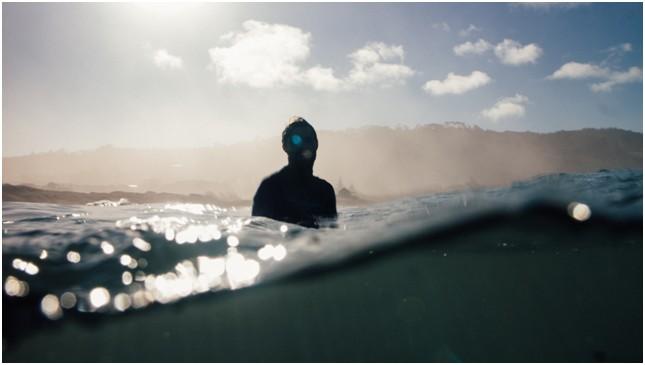 surfer-dans-eau-guadeloupe