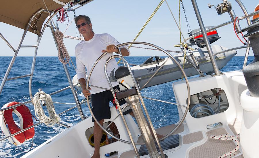 Photographie d'un skipper à la barre