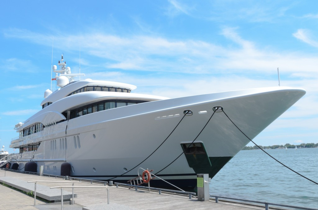 Photographie d'un yacht dans le port de Monaco