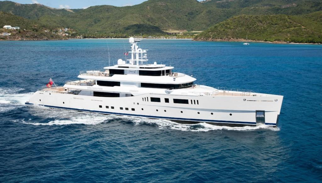 Photographie du yacht GraceE au bord des côtes